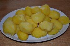 Než se nám polévka uvařila, oloupali jsme si brambory.