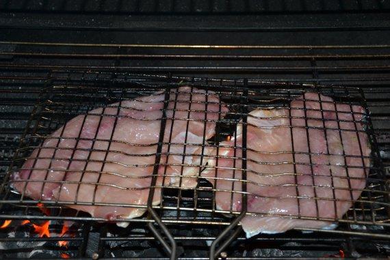 Kapříka vložíme do grilovacích kleští a opečeme na rozpáleném grilu nejprve ze strany s kůží  8 až 10 minut a potom z druhé strany 5 až 7 minut.