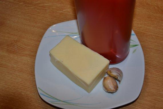 Budeme potřebovat kečup, česnek, sýr a trochu vody.