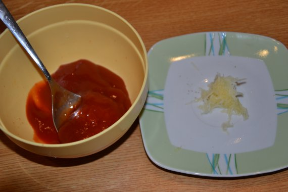 Nastrouhaný česnek můžeme přidat buď do kečupu nebo rozmíchat do vody, záleží pouze na nás.