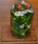 Po naplnění sklenice okurkami přidáme opět kopr a nakrájenou zeleninu.