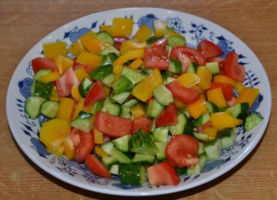 Nakrájenou zeleninu lehce promícháme v míse nebo na hlubokém talíři.