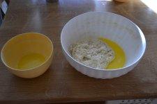 Tři čtvrtiny rozpuštěného másla přidáme do těsta