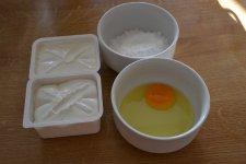 Z tvarohu, moučkového cukru, vejce a bílku si připravíme tvarohovou náplň