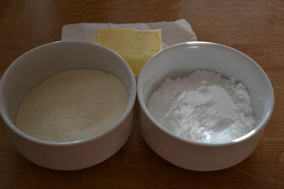 Z polohrubé mouky, moučkového cukru a másla si připravíme drobenku