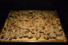 Po 10 - 15 minutách začíná okraj koláče zlátnout. Ztlumíme troubu na 120 - 150°C a dopékáme ještě 40 - 45 minut